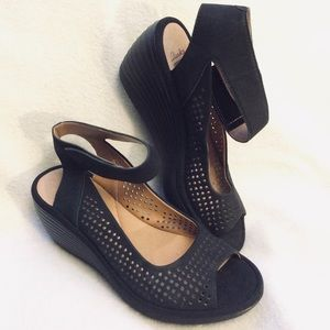NWT Clarks soft cushion ankle strap suede sandals
